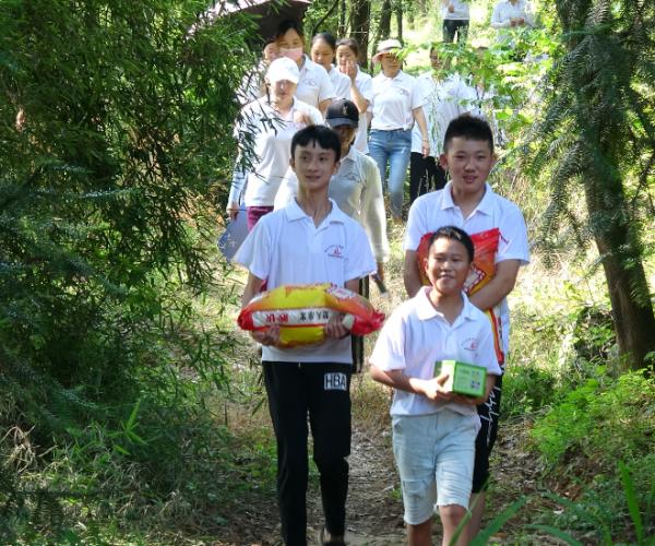 大批学生参加爱心活动